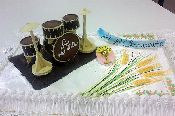 Tarta de Comunión con detalle de batería de chocolate Confiteria Rufino Aracena