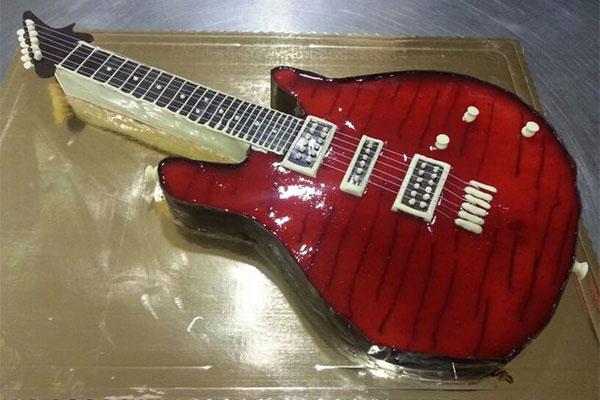 Tarta de cumpleaños con forma de guitarra eléctrica Confitería Rufino Aracena