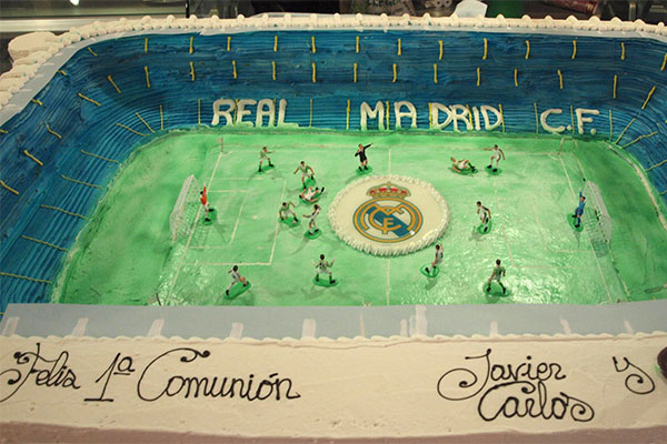 Tarta de Comunión con forma del estadio Santiago Bernabéu Real Madrid Confiteria Rufino Aracena